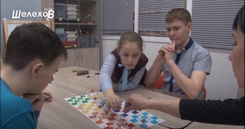 Дети играют в Ангельские шахматы